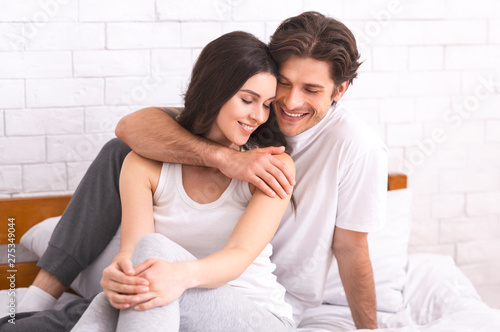 Photo Young loving couple having romantic times in bedroom