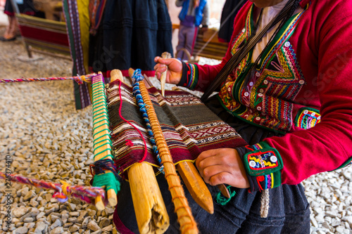 Photo Peruvian woman knitting