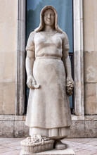 "France, 16th Arrondissement Of Paris, Palais De Tokyo, Sculpture By Pierre Vigoureux ""La Vendangeuse"" (1937)"