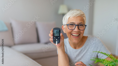 Fotomural  Mature Woman testing for high blood sugar