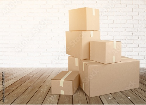 Cardboard Box labelled moving day - 275488830