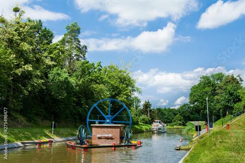 In de dag Kanaal Statek na Kanale Elbląskim, Mazury, Polska
