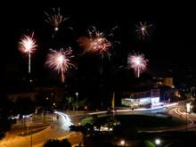 Fuegos Artificiales Sobre El Negro Cielo Nocturno Del 23 De Junio Día De La Berbena De Sant Joan, Fiesta Típica Y Tradicional De Cataluña, Se Celebra El Solsticio De Verano, La Noche Más Corta Del  Añ