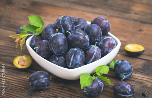 Obraz na plátně  Fresh organic plums in the bowl
