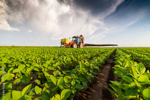 Fotografía Spraying pesticides at soy bean fields