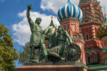 Fototapeta na wymiar Monument to Minin and Pozharsky on Red Square in Moscow