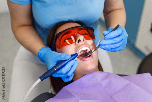 Professional dentist working with patient in modern clinic Fotobehang