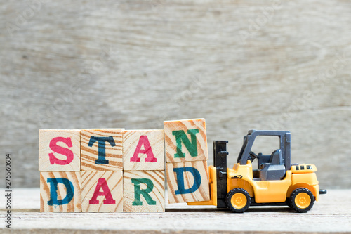 Carta da parati Toy forklift hold letter block n, d to complete word standard on wood background