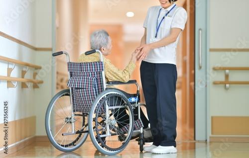 老人介護施設・施設でくつろぐ母 Fototapet