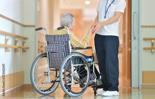 Fotografie, Obraz  老人介護施設・施設でくつろぐ母