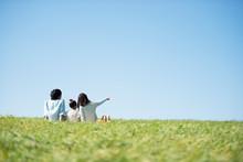 草原でピクニックをす...
