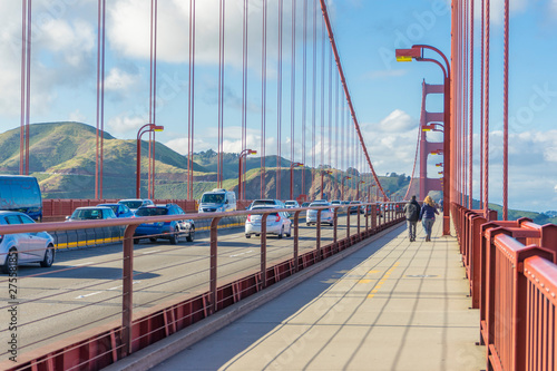Montage in der Fensternische Brücken Many tourists walking up the Golden Gate Bridge against blue sky in San Francisco, CA