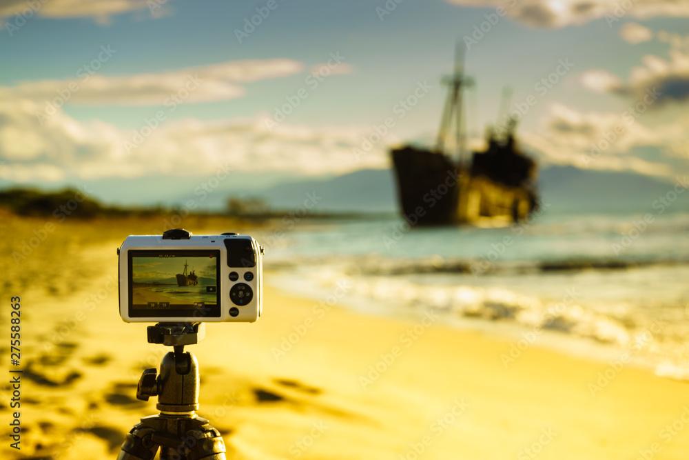 Fototapety, obrazy: Camera on tripod and shipwreck