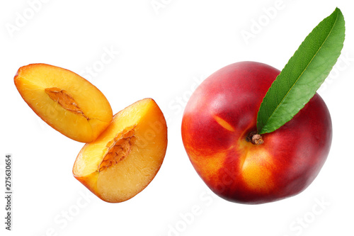 Poster Montagne Nectarine with green leaf and slices isolated on white background. top view