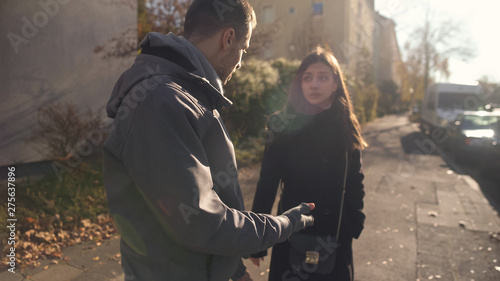 Foto  Young couple quarrelling in middle of street, break-up, relationship problem