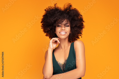 Photo Beauty afro woman with glamour makeup.