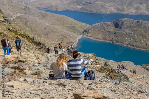 Fotografia Couple watching a beautiful Snowdon mountain.