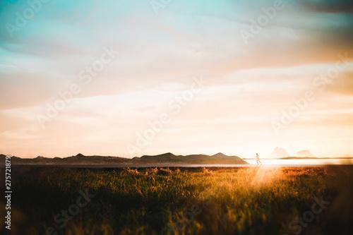 Fotografia  girl run in the beach