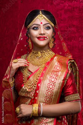 Billede på lærred Portrait of a Beautiful Elegant Female Indian Model in Traditional Ethnic Asian