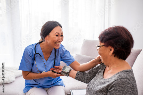Photo  Portrait of young Asian nurse with elderly woman