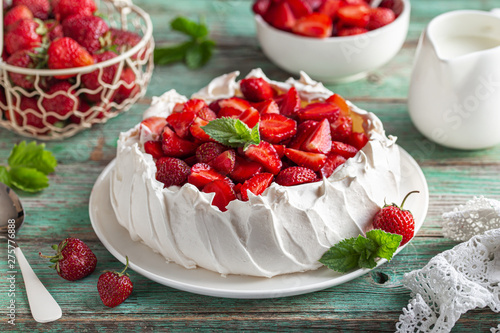 Photo  Pavlova cake with fresh strawberry