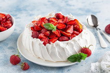 Delicious Pavlova Cake With Fr...