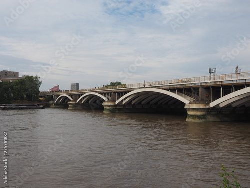 Obraz na plátně Grosvenor Bridge over river Thames in London