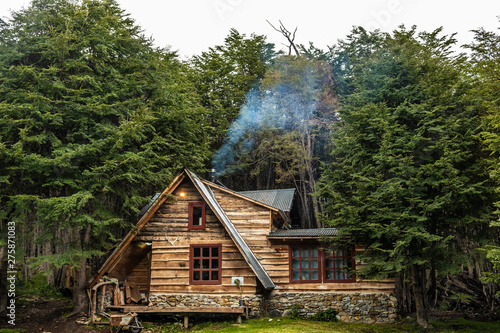 Foto Wooden cabin in a lenga forest. Patagonia, Argentina