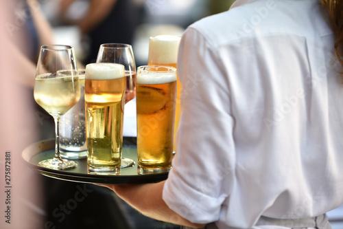 Poster Montagne Kellnerin beim Getränke servieren im Restaurant