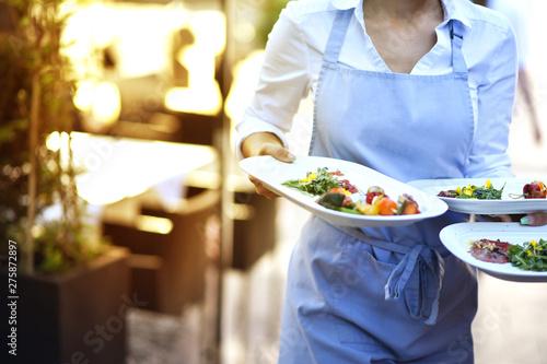 Valokuva  Bedienung serviert Essen für die Gäste im Restaurant