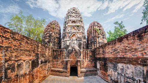 Valokuvatapetti Pagoda at Wat Si Sawai, Sukhothai Historical Park, Sukhothai Thailand