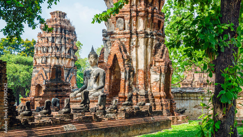 Only intact ancient Buddha statue among the destroyed statues in Ayutthaya historical park, Thailand Canvas-taulu