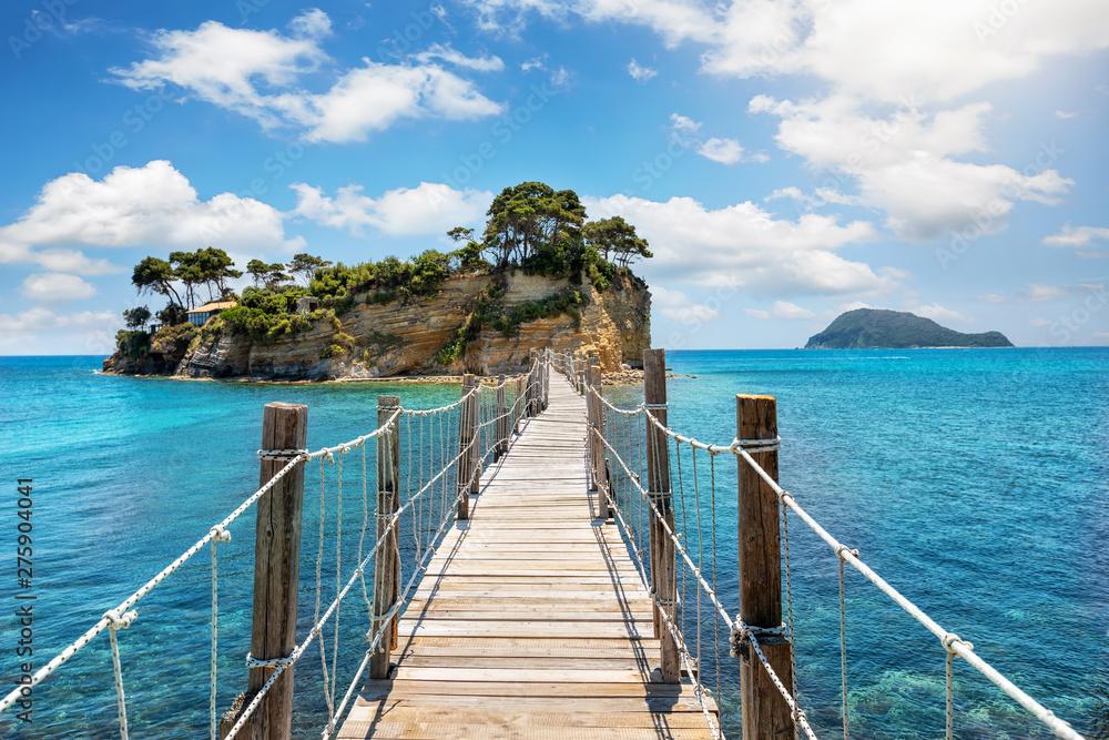 Holzsteg führt zu der kleinen Insel Agios Sostis bei Zakynthos, Ionisches Meer, Griechenland