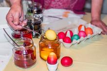 Alte Frau Färbt Ostereier Zuhause In Der Küche Im Gurkenglas Und Mit Verschiedenen Farben, Deutschland