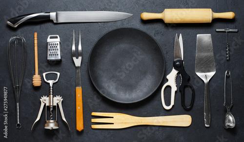 Pinturas sobre lienzo  Wooden and metal kitchen utensilsand a black plate