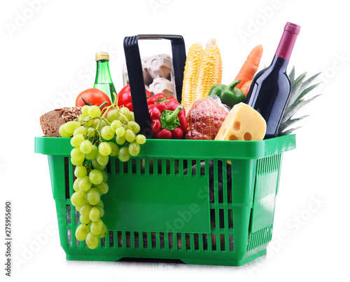 Plastic shopping basket with assorted grocery products Fototapete