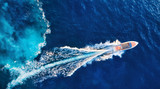 Chorwacja. Jachty na powierzchni morza. Widok z lotu ptaka luksusowa spławowa łódź na błękitnym Adriatyckim morzu przy słonecznym dniem. Podróż - obraz - 275958037