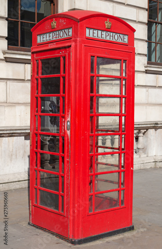 Poster Rouge, noir, blanc Red telephone booth in London