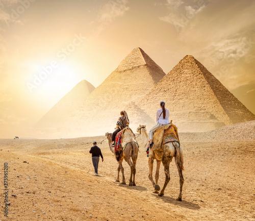 Photo sur Aluminium Chameau Caravan and the Pyramids