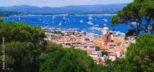 Fotografia View to saint-tropez city from sea with luxury yacht