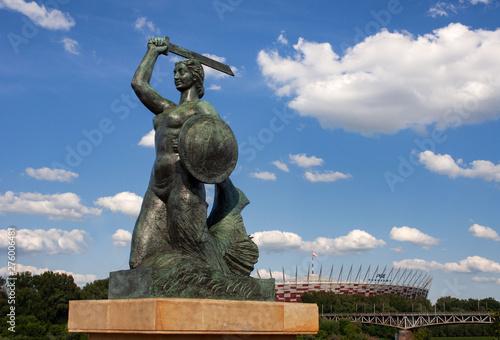 Pomnik Syreny w Warszawie na Powiślu, w tle Wisła i Stadion Narodowy - fototapety na wymiar