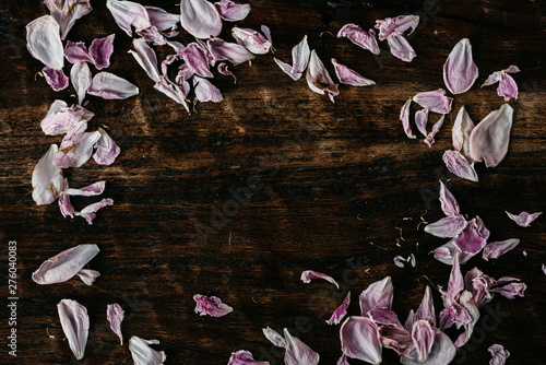 Photo  Closeup of scattered wilted petals on wooden background
