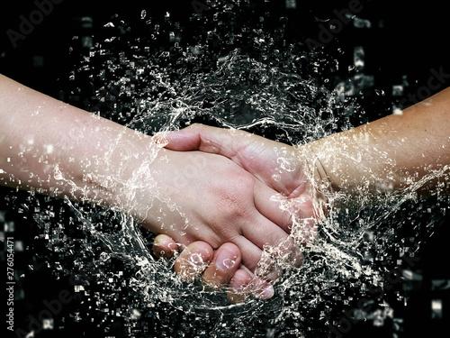 Valokuva  握手のクローズアップと水しぶき