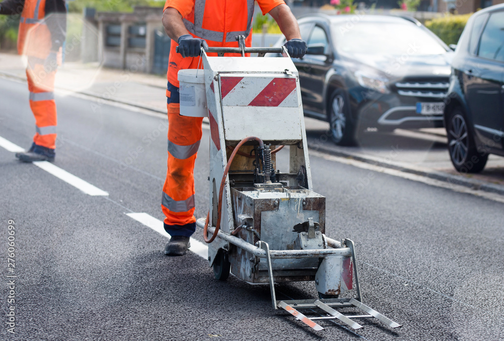 Fototapety, obrazy: ouvrier en action pour faire du marquage routier
