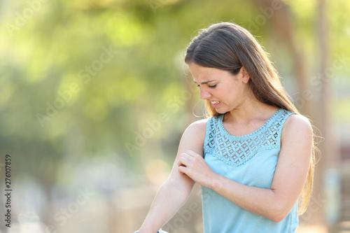 Staande foto Eigen foto Woman scratching arm because it stings