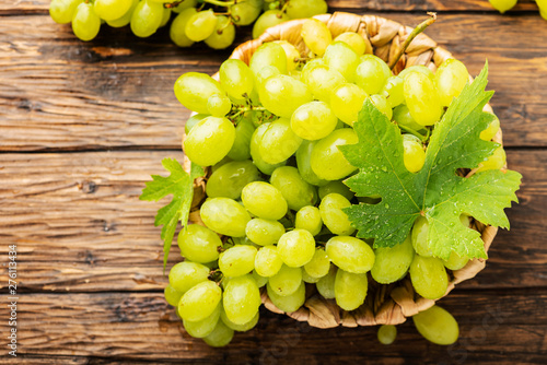 Canvastavla  Sweet yellow grape with leaves