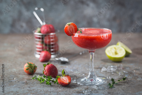 Fotografía  Ice Strawberry alcohol cocktail with lime and rum in a glass