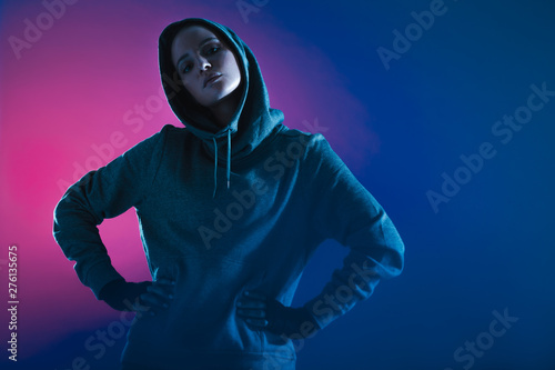 Poster Individuel Confident woman in sweatshirt