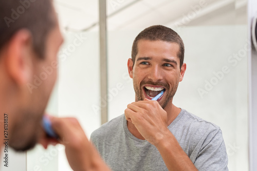Happy man brushing teeth Fototapete