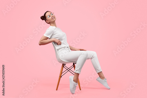 Photo  Relaxed teen girl sitting on chair